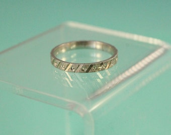 Pretty 925 Sterling Silver Etched Design Band Ring - Size 7