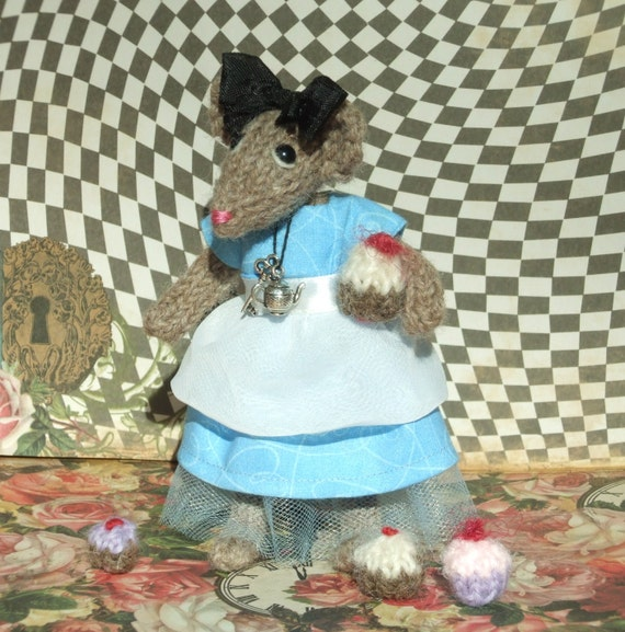 Knitting Pattern For Rat Sweater : Knitted Mouse Alice in Wonderland
