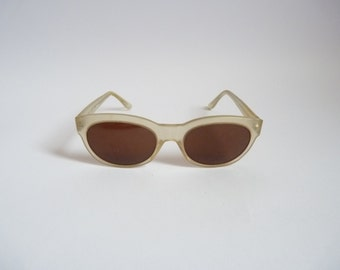 Ladies cateye Italy vintage 80s sunglasses - Off White frames. Classy vintage