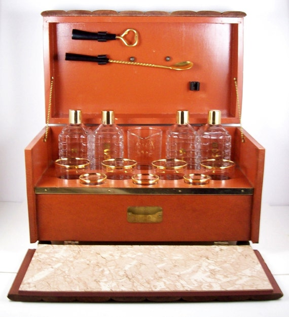 vintage mini bar wood counter table top w decanters glasses. Black Bedroom Furniture Sets. Home Design Ideas
