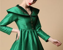 Wizard of Oz Emerald Satin Velvet Costume 1900 Vintage Victorian Queen Royal Green Full Dress Forest Fairy V Neck Wide Collar Pleated Dress