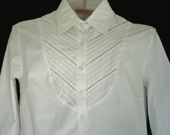 White shirt / Long Sleeve Chemise in white.