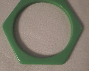 Vintage / LIME GREEN BANGLE / Bracelet / Lucite / Hexagonal / Modernist / Art Moderne / Retro / Rockabilly / Hipster / Trendy / Accessory