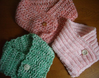 Scarf for children closed by a button