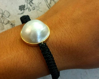 Crazy Love bracelet with Mabe Pearl. Gold 18 k. Black wire braid with macrame. Adjustable. Pearl of 20 mm.