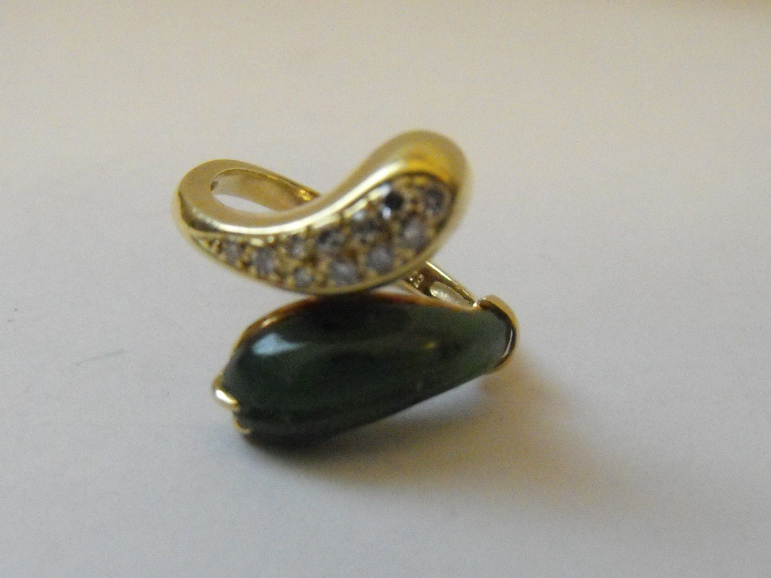 vintage 14k gold snake ring set with a jadeit and 11 diamonds