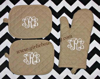 Custom Personalized Monogrammed Personalized Oven Mitt and Pot Holder Set Black Tan Red Green