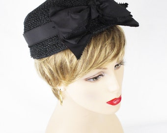 1960s Hat Black Straw Low Pillbox w/ Large Taffeta Bow Sz 22