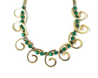 Vintage Emerald Green Rhinestone Necklace Gold Tone Curly Metal Mid Century Jewelry