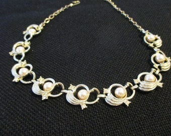 Vintage costume jewelry   /   pearl and rhinestone necklace