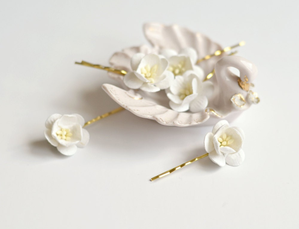 David's Bridal offers stunning hair accessories for any occasion, including bridal headpieces, wedding headbands, & hair accessories for girls. Shop now! Pave Crystal Flower Hair Comb. C Added to your favorites! David's Bridal. Pearl and Crystal Floral Ribbon Headband. H Added to your favorites! David's Bridal.