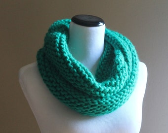Reykjavik Handknit Bulky Infinity Cowl in Kelly Green - 100% Wool Roving - Soft and Fluffy - Eternity Snood Loop  Mobius Circle Scarf