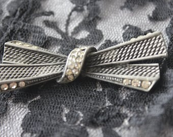 Lovely Bow Tie Ladies Brooch in Silver