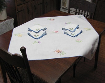 Vintage Hand Embroidered Floral Luncheon Tea Tablecloth and Four Napkin Set