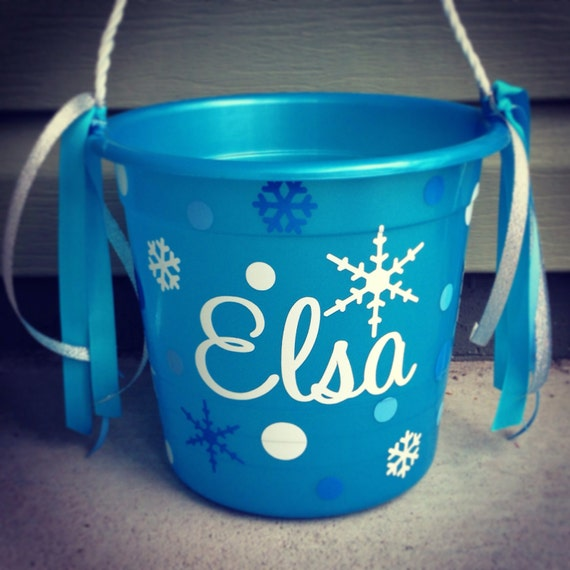 items similar to frozen halloween personalized plastic pail bucket with rope handle elsa anna. Black Bedroom Furniture Sets. Home Design Ideas