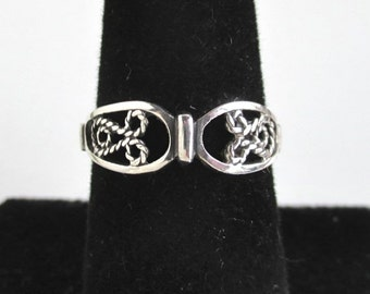 925 Sterling Silver Ring / Band - nice filigree design - Size 7
