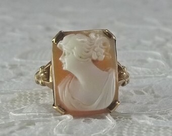 Antique 10K Yellow Gold and Natural Carved Left Facing Shell Cameo Ring Size