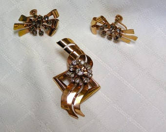 Vintage BN High fashion gold tone ribbons rhinestone flower center brooch or pendant and screw back earrings