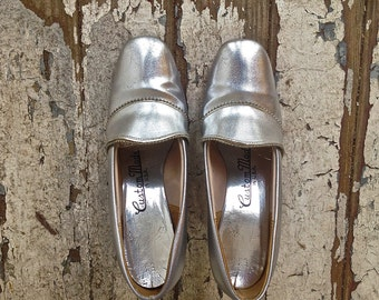 1960s MOD Silver Pumps // Edwardian Court Shoes Heels // Costume Party shoes // Metallic Silver // Mad Men- size 5.5