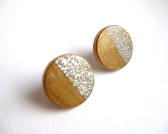 Wooden earrings with geometrical pattern in beige / grey / glitter