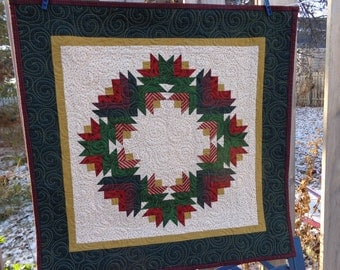 Christmas Quilt, Wreath Quilt, Pieced Holiday Wreath Christmas Tabletopper 0812-03