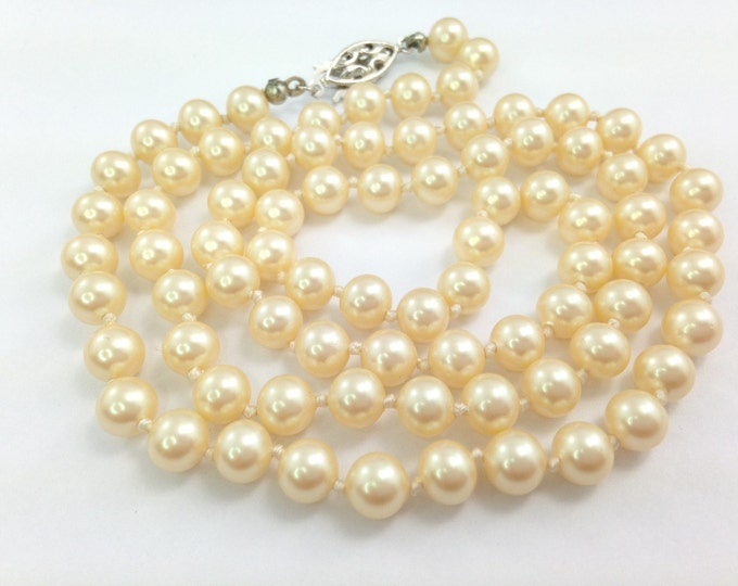 Quality Vintage Pearl necklace, Edwardian style single strand glass ivory pearls, silver clasp. Beautiful vintage pearls. Wedding pearls.