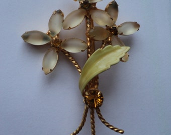 Vintage Daisy Floral Brooch with wonderful  frosted yellow glass stones as flower petals and gold looking metal stems in a bouquet setting