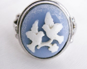 1983 Blue & White Birds in Flight Avon Cameo Silhouette Ring Size 5