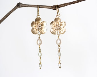 636_Gold flower jewelry, Wedding earrings, Jewelry pearls, Pearl earrings, Flower earrings, Bridal earrings, Handmade earrings.