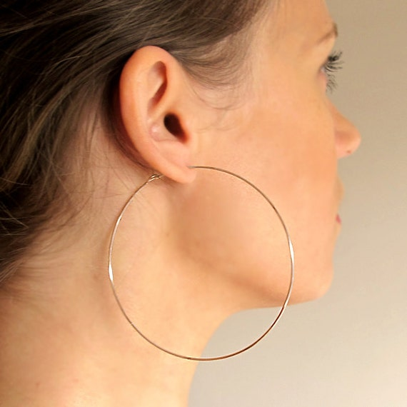All of the gold hoop earrings we offer have been carefully crafted using stunning 10kt gold and 14kt gold in a range of color options, including rose gold, yellow gold, and white gold. The most popular shape come in endless or hinges options.