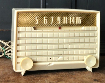Vintage Off White, Silvertone Radio, 1950's, Retro, Mid Century, Collectible, Electronics, Home Decor