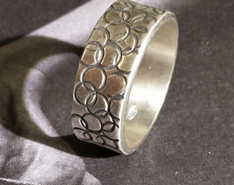 Silver ring with engraved with circle texture
