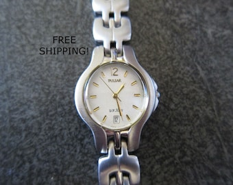 Stainless Women's Pulsar watch in fabulous (new battery and working) condition, stainless band with removable links