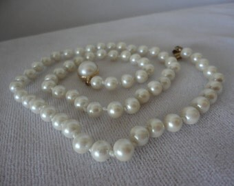 Vintage Round Cabochon Clasp Simulated Pearl Necklace.***.