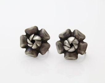 Vintage Sterling Silver Artisan Flower Bud Screwback Earrings. [143]