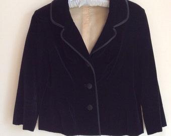 Vintage velvet jacket. Beatuiful Women's jacket. Black jacket. Size small. Cute jacket, Three quarter sleeve.