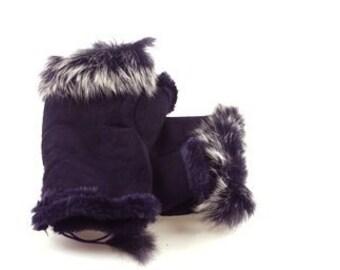 Fingerless faux fur gloves. Adjustable on the wrist.