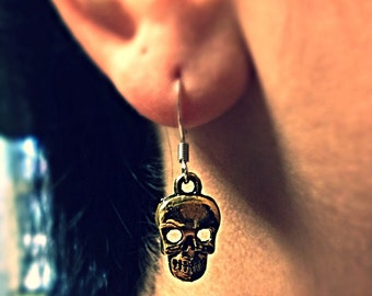 Gold skull earrings. (Availiable in other colors)