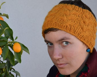 Stylisch ochre headband with braided cable