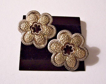 Hammered Flower Discs Clip On Earrings Gold Tone Vintage Large Scallop Edge Bronze Raised Rim Edge Accent