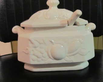 Vintage soup tureen is complete with the serving spoon - Japan