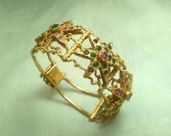 Bracciale oro 750 (18k) rigido stile etrusco con 4 stelle oro 2 rubini e 2 zaffiri grandi, 24 rubini e 24 zaffiri piccoli