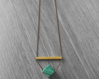 Malaquita raw rok necklace. Green and gold necklace. Pendant necklace. Modern Jewelry.