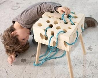 Tabouret en bois et jeux pour enfants