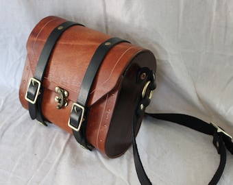 Wood-sided shoulder strap leather sachel