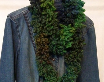 Finger knitted infinity scarf in geeen