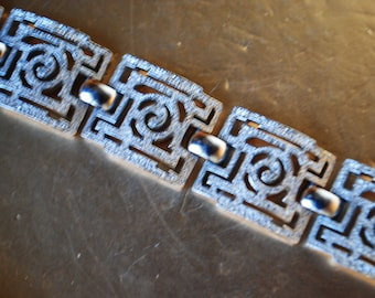 Art deco vintage 80s silvertone textured metal bracelet. Made by Trifari crown. Size 7 1/4
