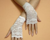 Elegant Romamtic Fingerless Gloves in Pale Ivory, Bridal Mittens, Baroque, Gauntlets, Victorian Lace Armwarmers in Regency and Boho Style