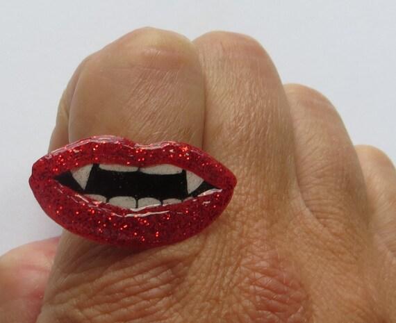 Vampire lips ring