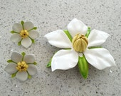 Vintage 1967 SARAH COVENTRY Polynesian White Yellow Enamel Flower Brooch and Earring Set (c)